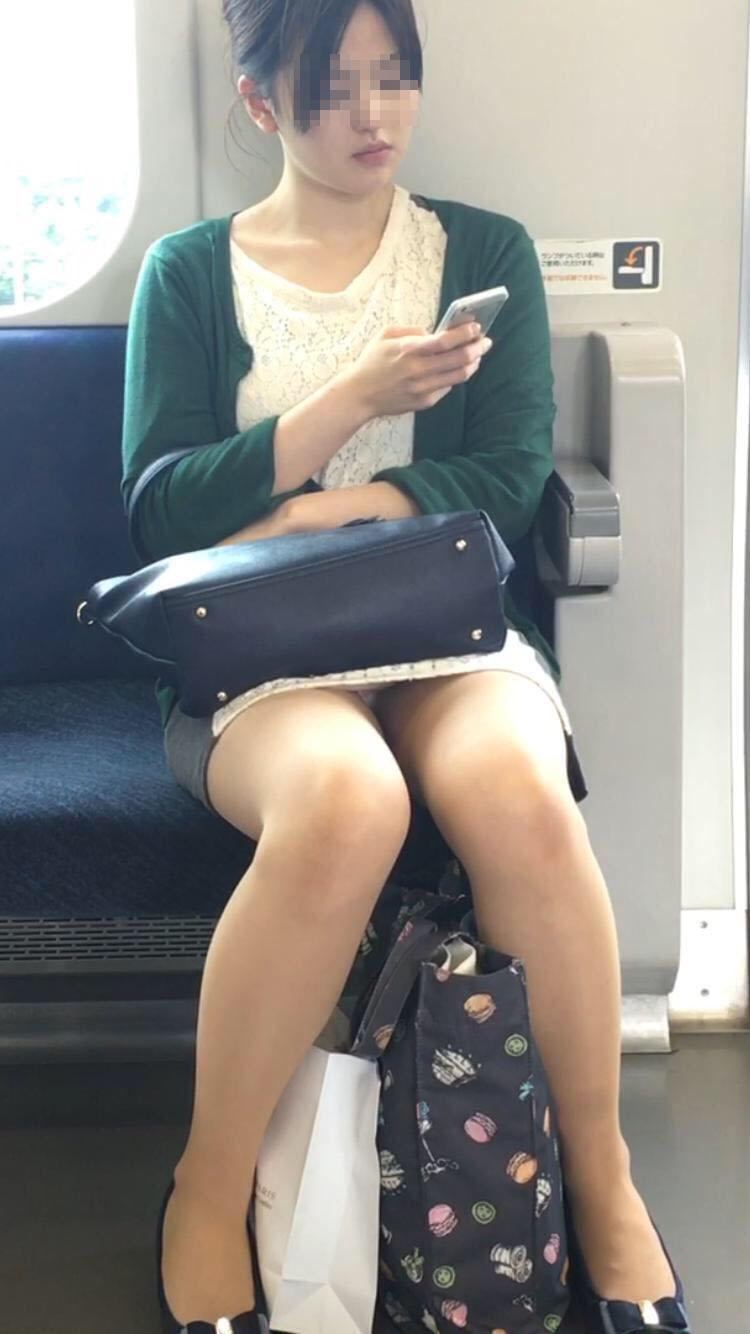 【パンチラエロ画像】終点まで降りるんじゃないw電車内の対面ミニスカを狙う! 08