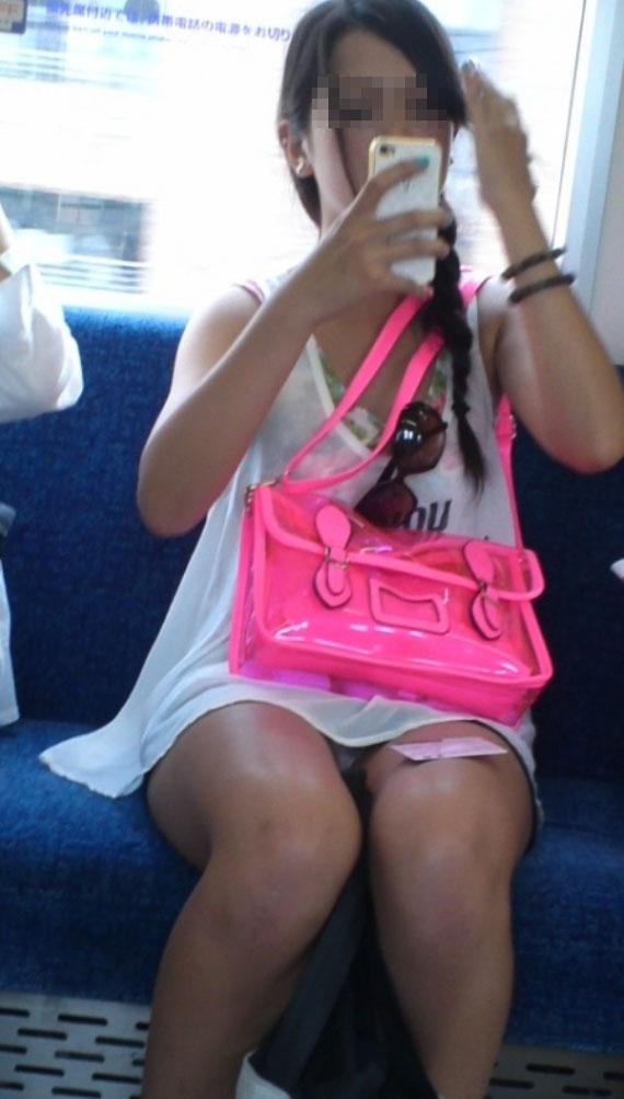 【パンチラエロ画像】終点まで降りるんじゃないw電車内の対面ミニスカを狙う! 09
