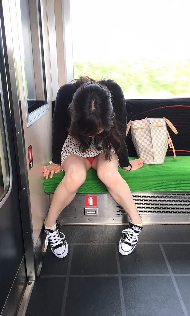 【パンチラエロ画像】終点まで降りるんじゃないw電車内の対面ミニスカを狙う! 10