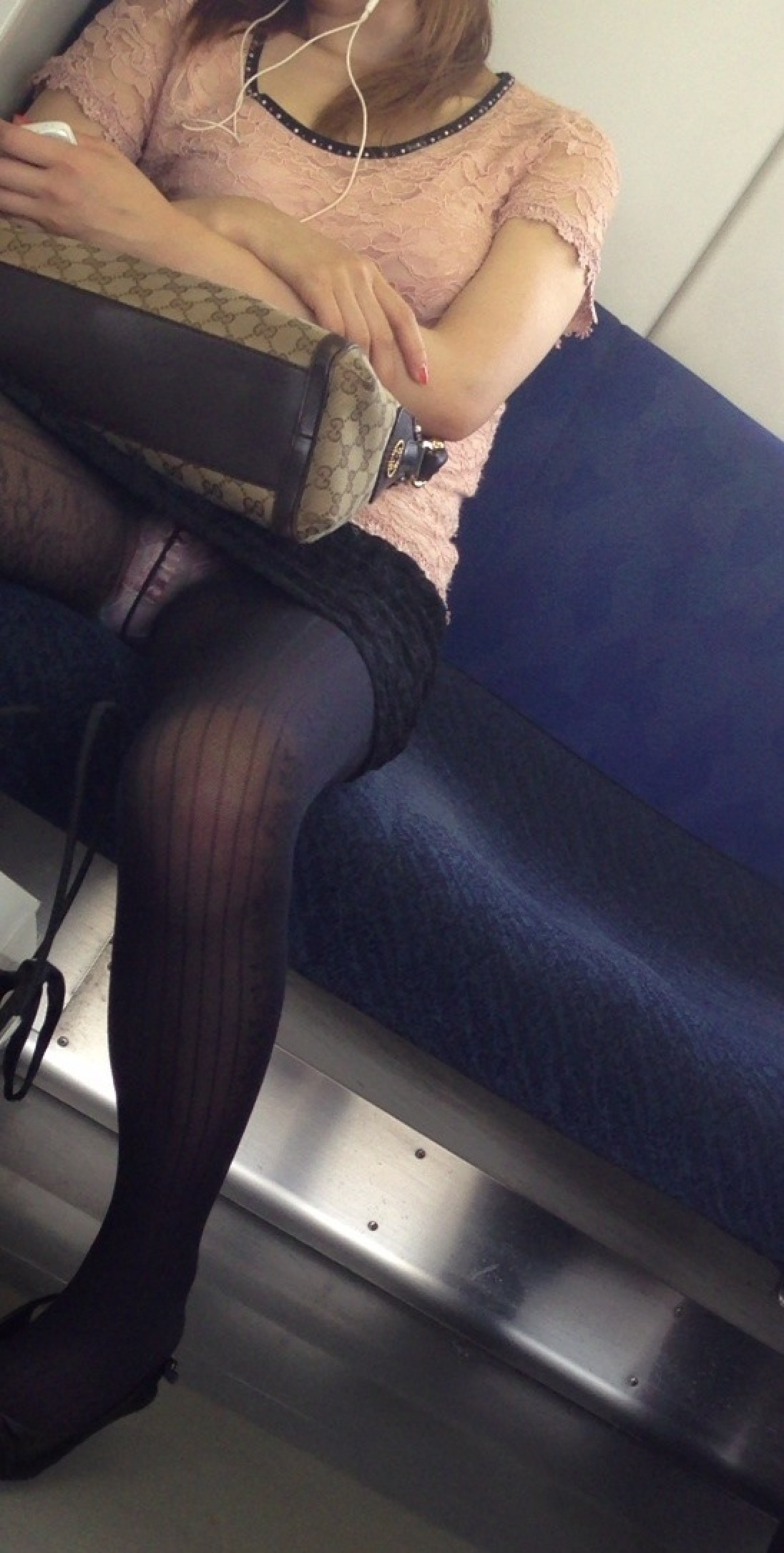 【パンチラエロ画像】終点まで降りるんじゃないw電車内の対面ミニスカを狙う! 14