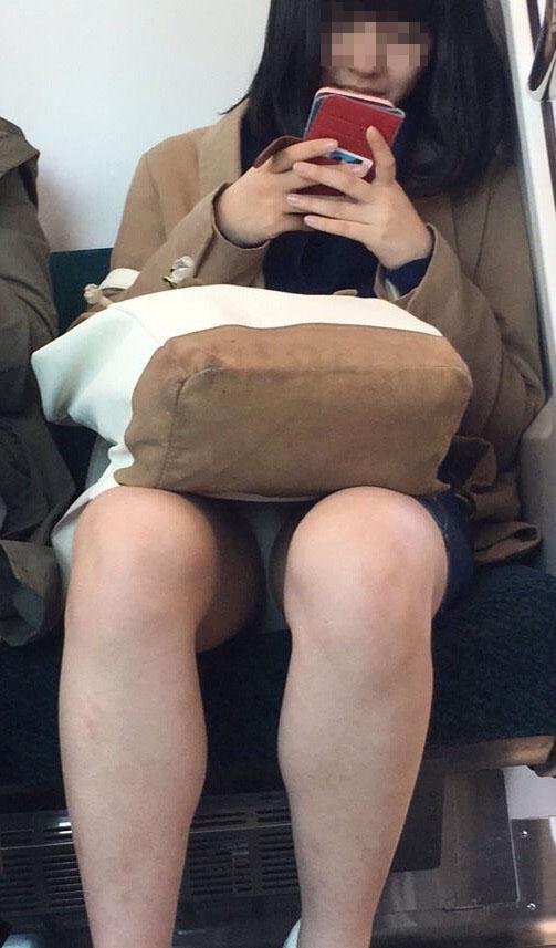 【パンチラエロ画像】終点まで降りるんじゃないw電車内の対面ミニスカを狙う! 15