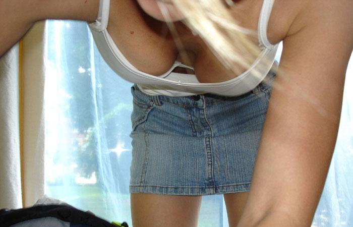 【胸チラエロ画像】粘ってれば先っちょ見えちゃう!?気になる胸元を見せるお姉さん達www 001