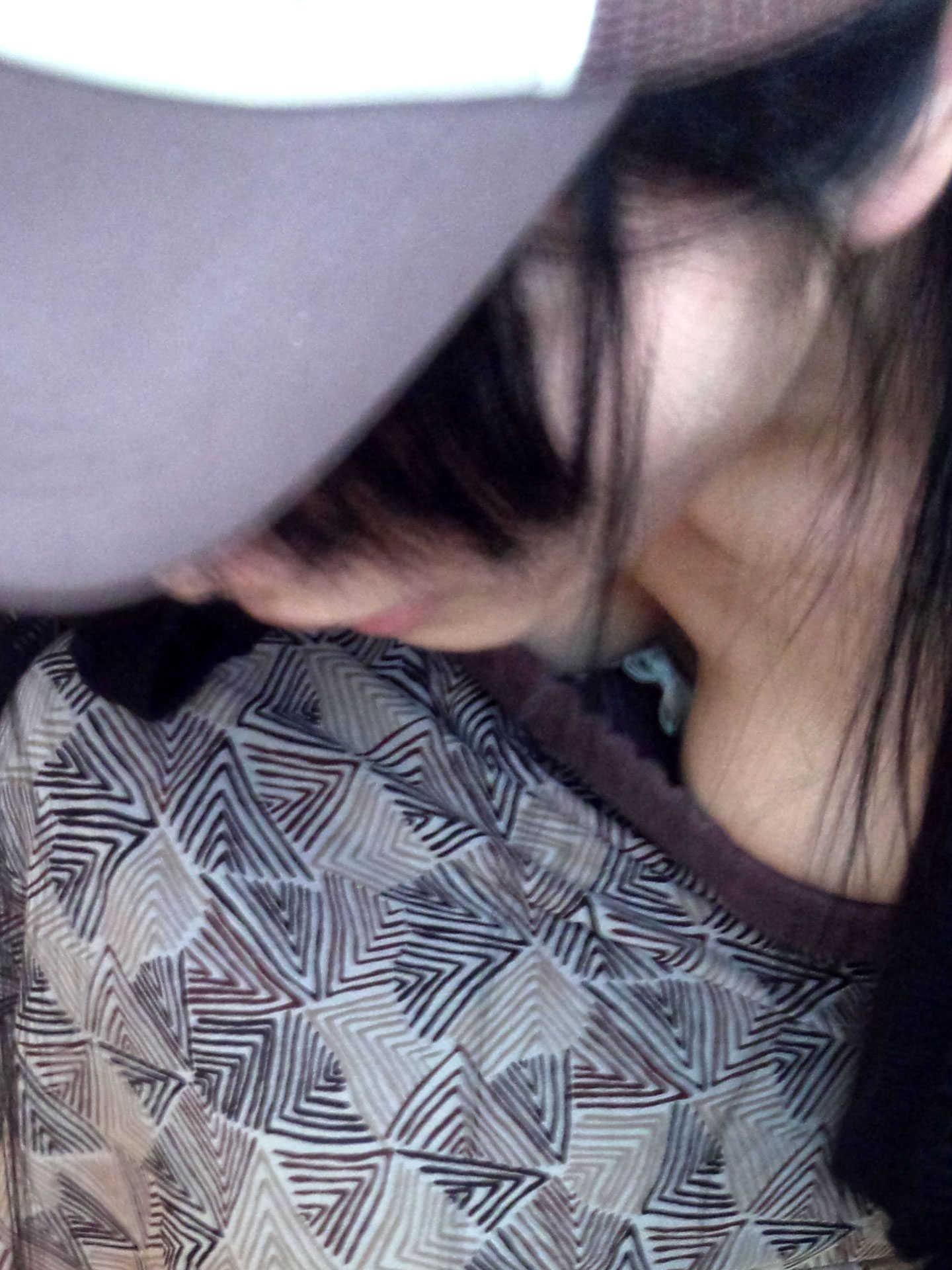 【胸チラエロ画像】粘ってれば先っちょ見えちゃう!?気になる胸元を見せるお姉さん達www 11