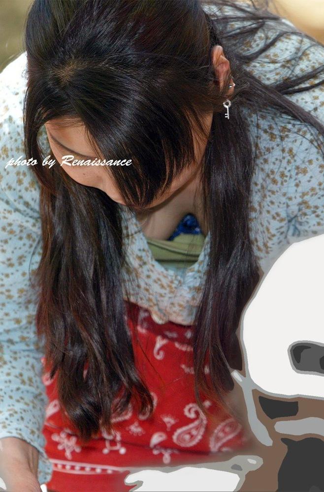 【胸チラエロ画像】粘ってれば先っちょ見えちゃう!?気になる胸元を見せるお姉さん達www 12