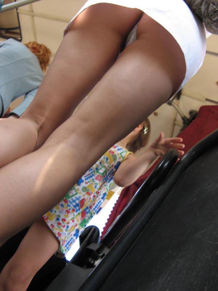 【パンチラエロ画像】多くの素人も履いてるw美尻剥き出しTバックチラwww 09