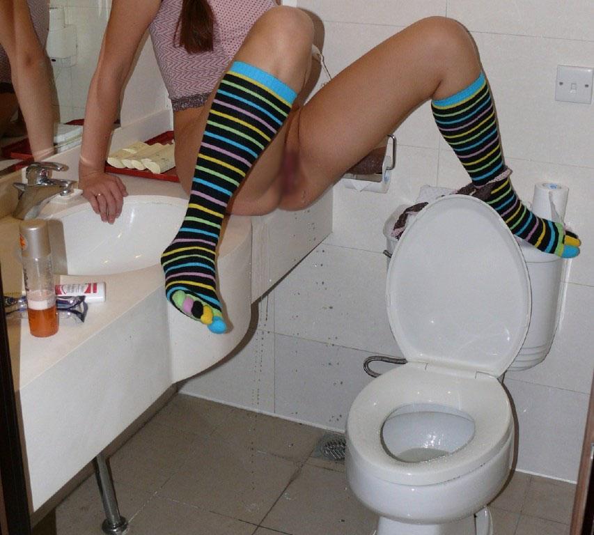 【放尿エロ画像】大人だからはしたなくするw公開放尿中の変態さんwww 10