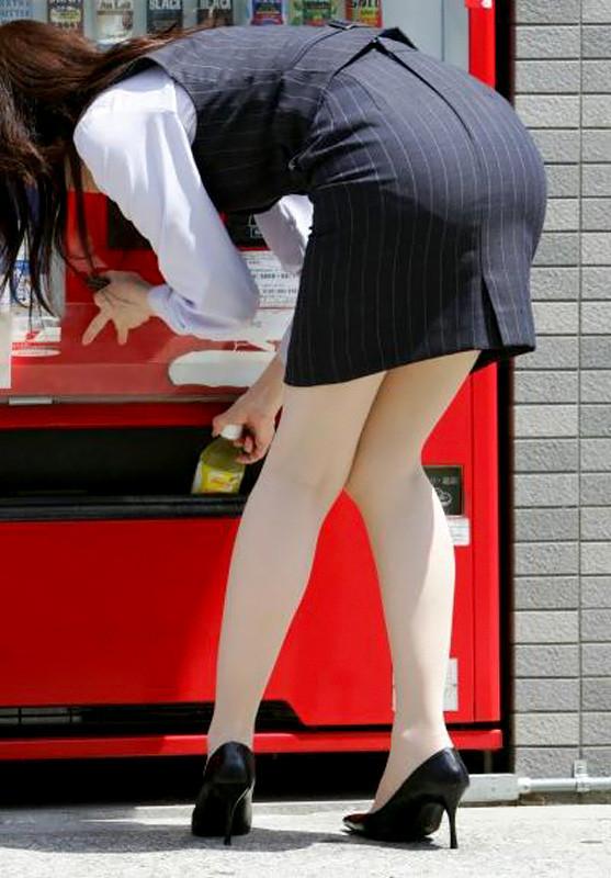 【OLエロ画像】履いていても主張が激しいwセクハラ誘うOLのタイト巨尻www 02