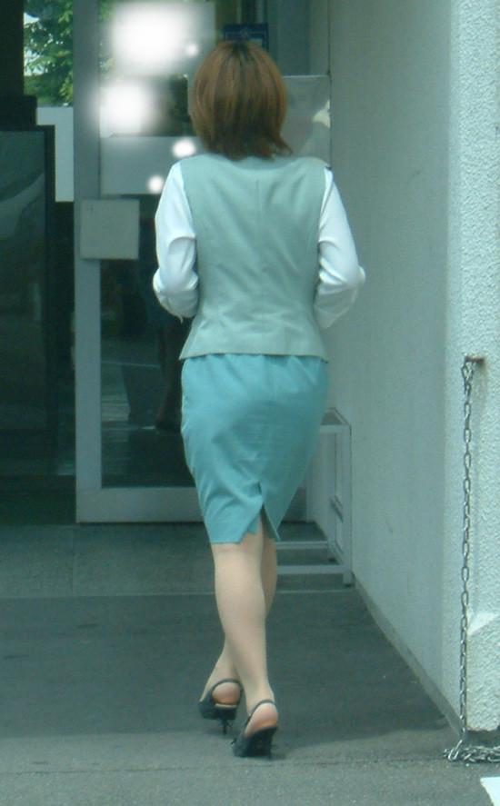 【OLエロ画像】履いていても主張が激しいwセクハラ誘うOLのタイト巨尻www 04