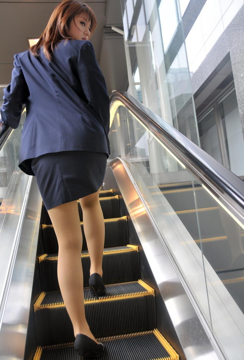 【OLエロ画像】履いていても主張が激しいwセクハラ誘うOLのタイト巨尻www 06