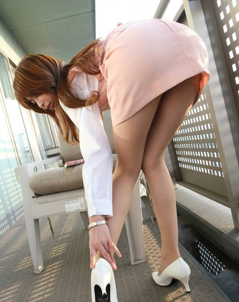 【OLエロ画像】履いていても主張が激しいwセクハラ誘うOLのタイト巨尻www 09