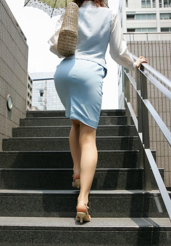 【OLエロ画像】履いていても主張が激しいwセクハラ誘うOLのタイト巨尻www 12