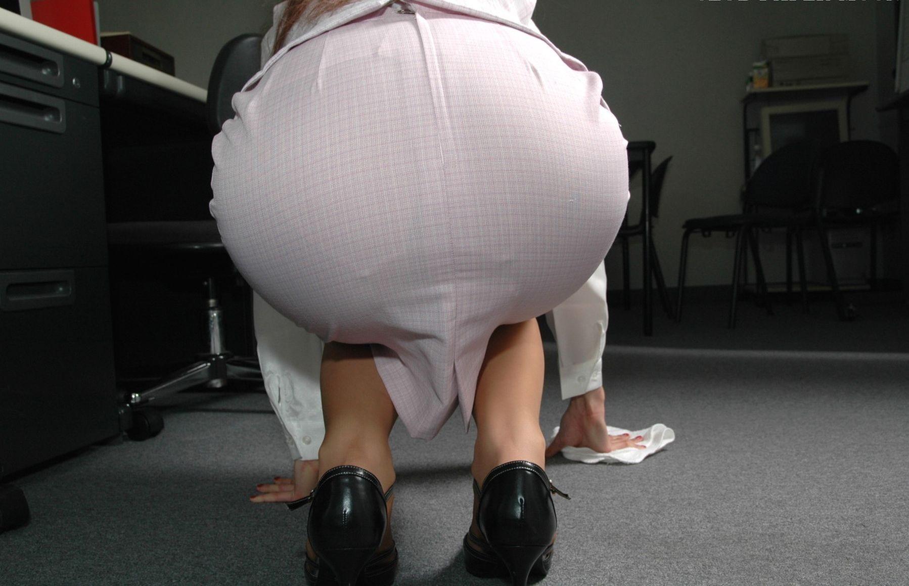 【OLエロ画像】履いていても主張が激しいwセクハラ誘うOLのタイト巨尻www 13