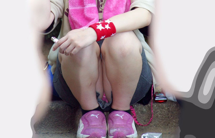【パンチラエロ画像】地べたも気にせず座る若者ならば下着も当然の如く丸見えwww 001