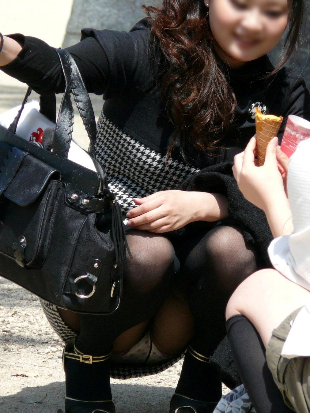 【パンチラエロ画像】地べたも気にせず座る若者ならば下着も当然の如く丸見えwww 02