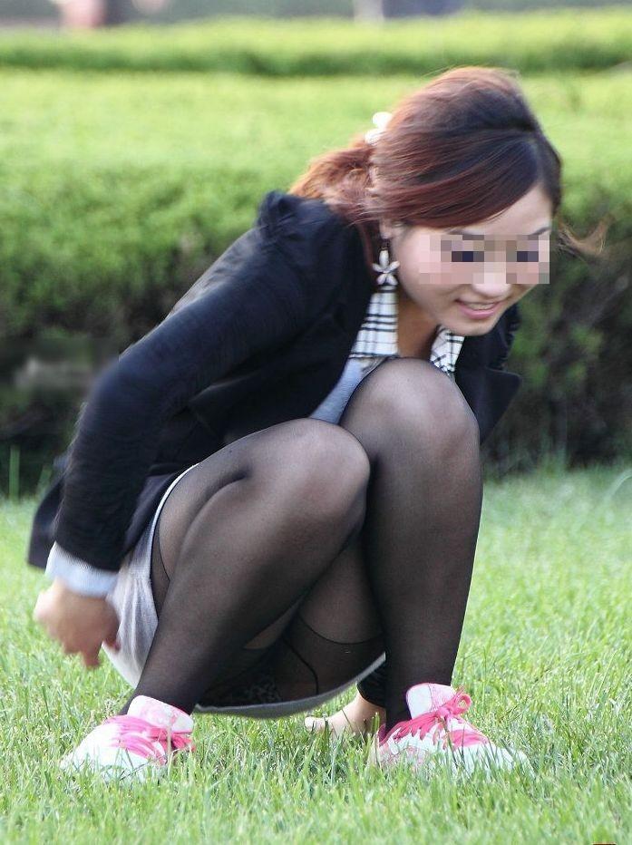 【パンチラエロ画像】地べたも気にせず座る若者ならば下着も当然の如く丸見えwww 03