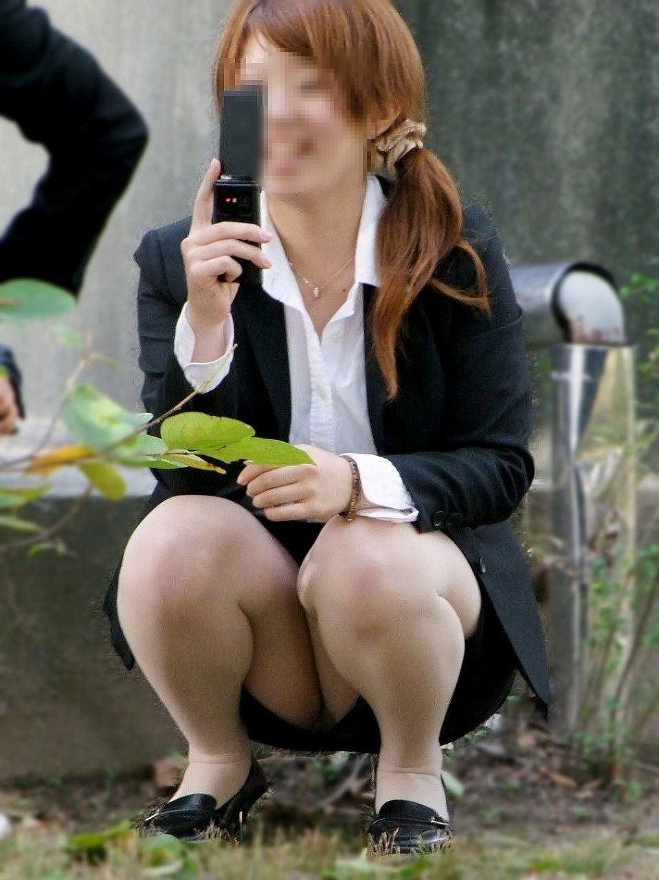 【パンチラエロ画像】地べたも気にせず座る若者ならば下着も当然の如く丸見えwww 06