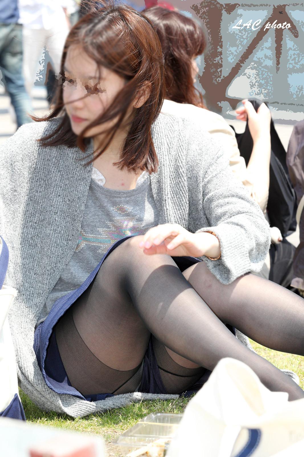 【パンチラエロ画像】地べたも気にせず座る若者ならば下着も当然の如く丸見えwww 07