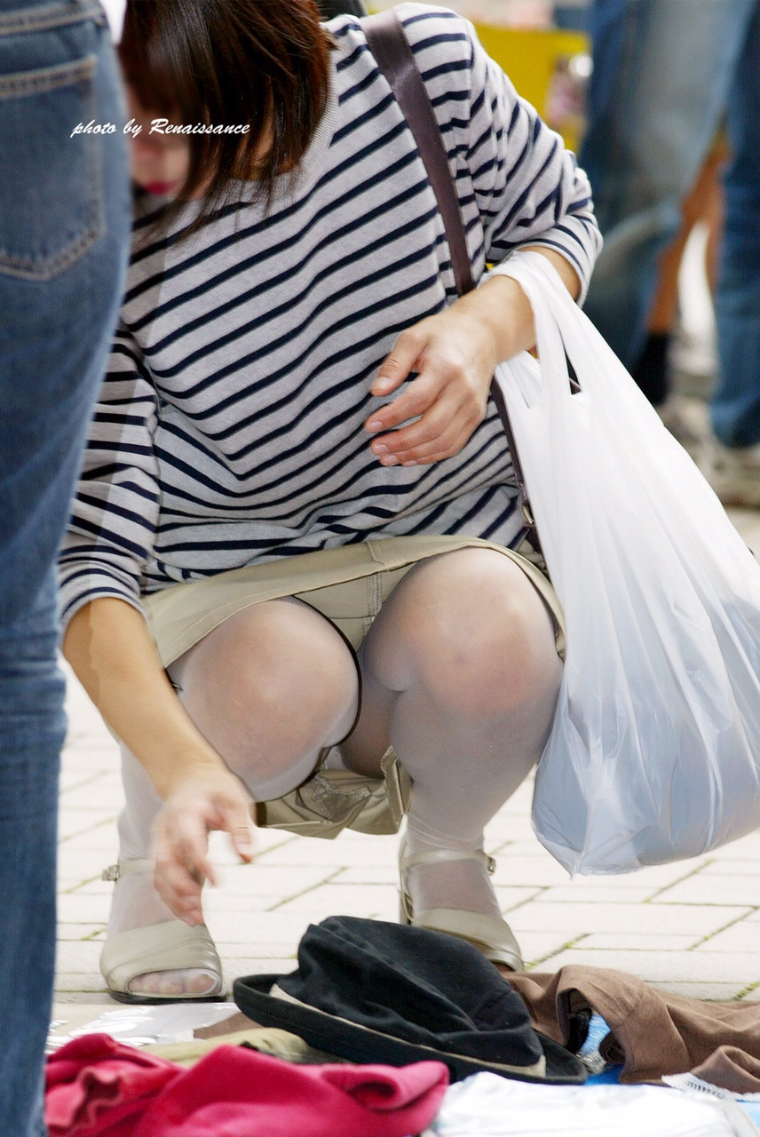 【パンチラエロ画像】地べたも気にせず座る若者ならば下着も当然の如く丸見えwww 08