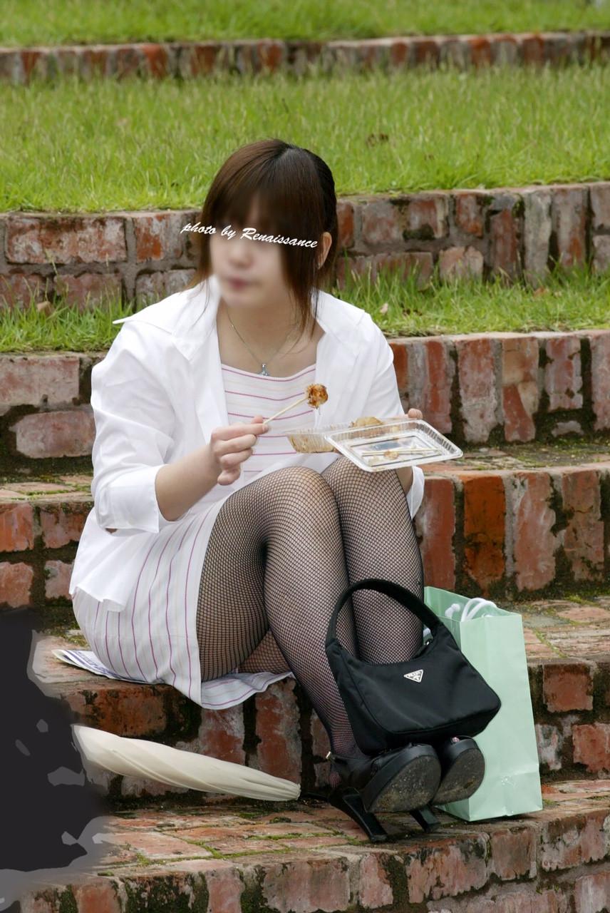 【パンチラエロ画像】地べたも気にせず座る若者ならば下着も当然の如く丸見えwww 10