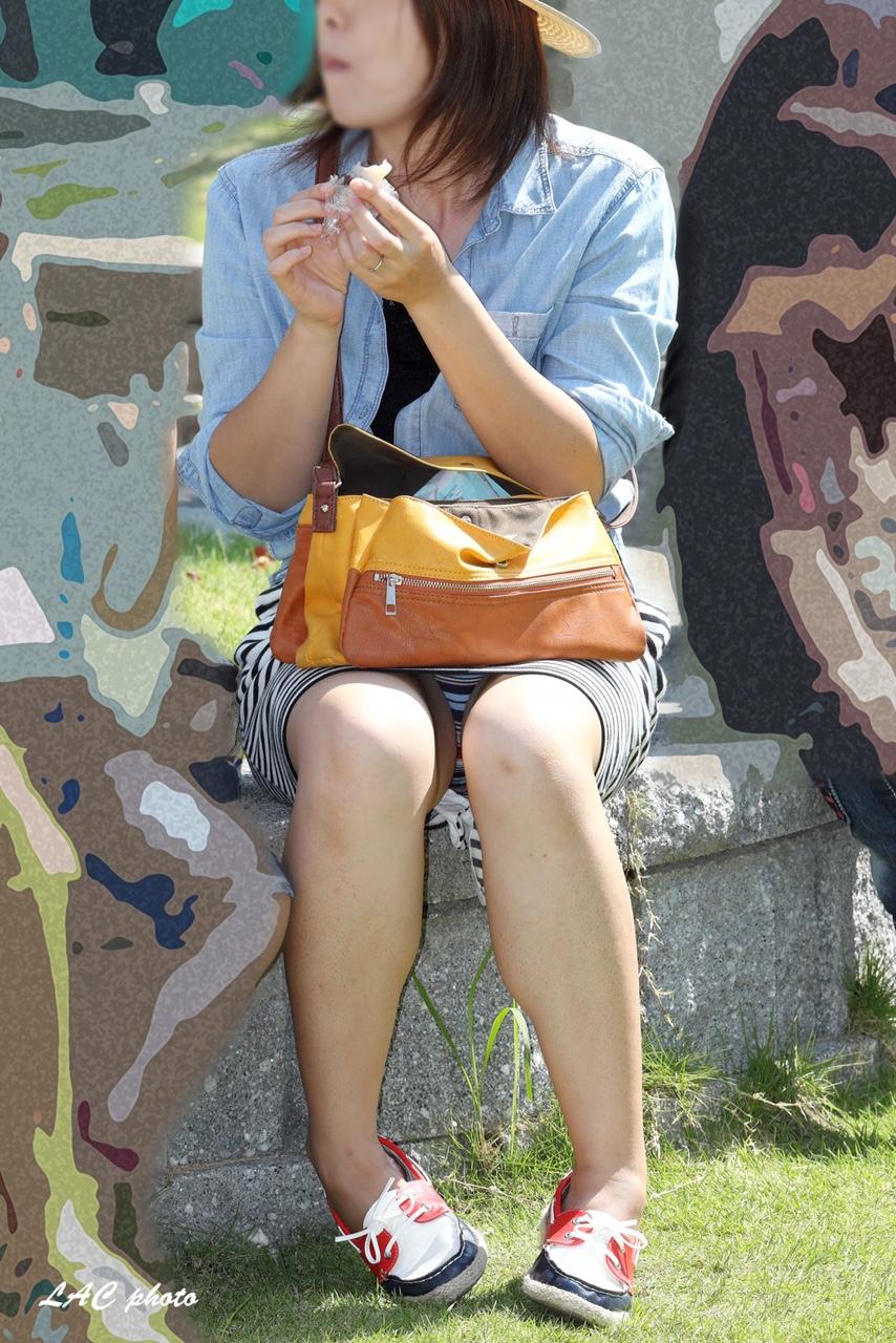 【パンチラエロ画像】地べたも気にせず座る若者ならば下着も当然の如く丸見えwww 11