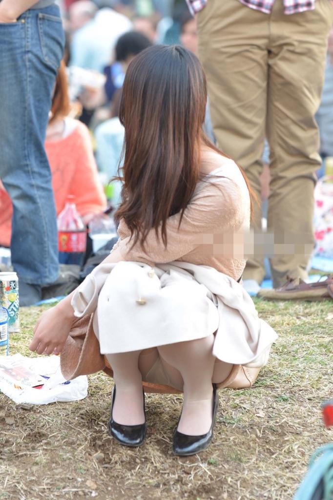 【パンチラエロ画像】地べたも気にせず座る若者ならば下着も当然の如く丸見えwww 12