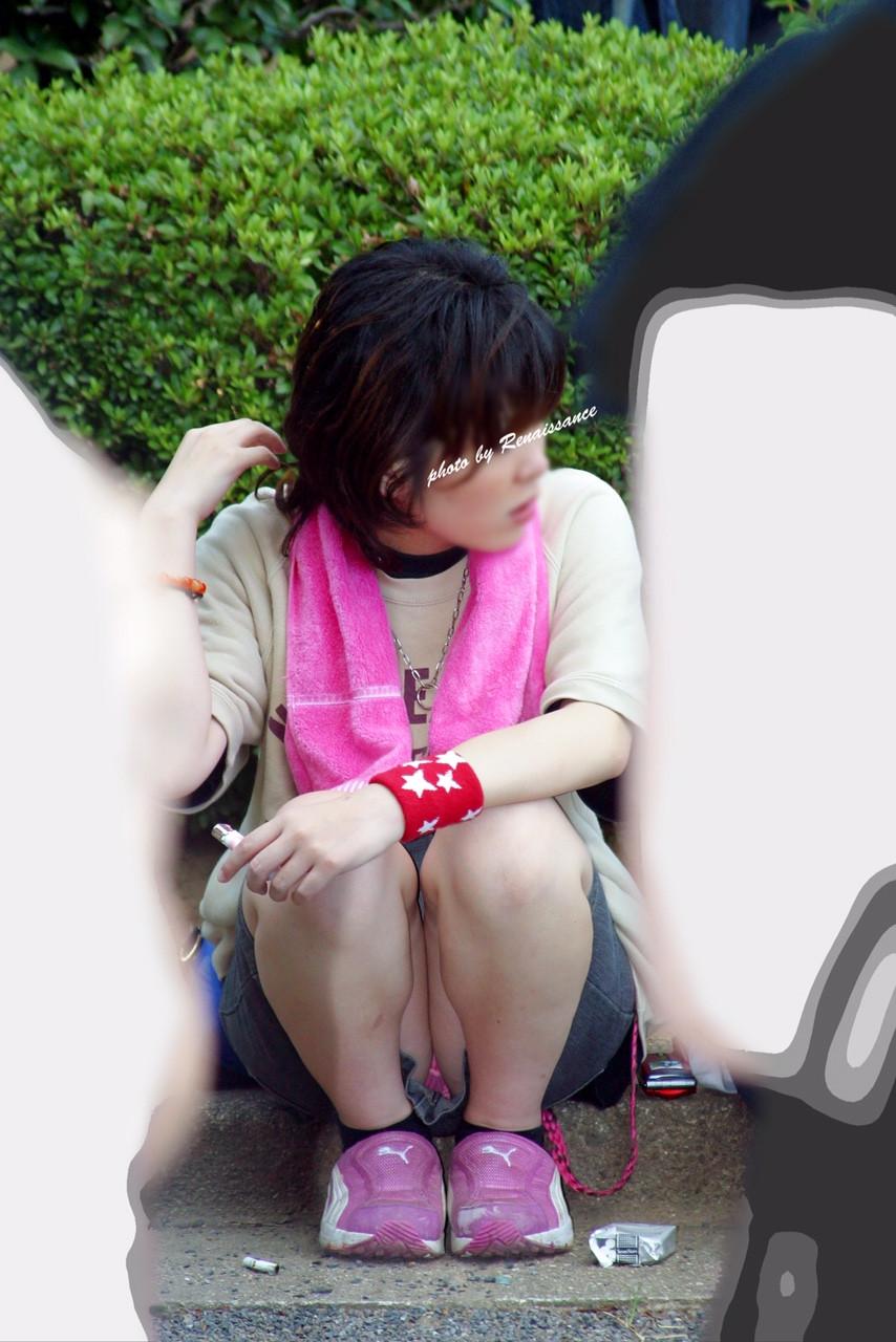 【パンチラエロ画像】地べたも気にせず座る若者ならば下着も当然の如く丸見えwww 13