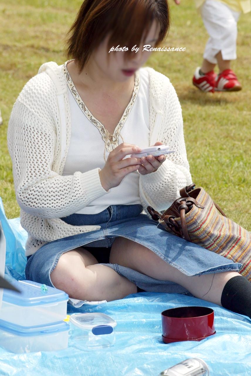 【パンチラエロ画像】地べたも気にせず座る若者ならば下着も当然の如く丸見えwww 14