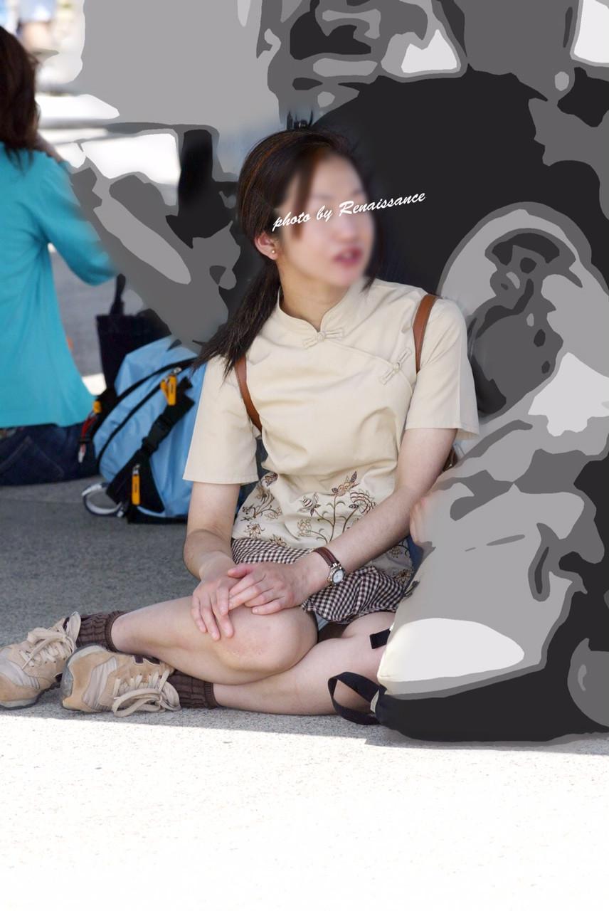 【パンチラエロ画像】地べたも気にせず座る若者ならば下着も当然の如く丸見えwww 15