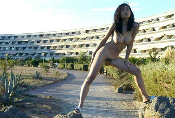 【露出エロ画像】旅行先でも抑えられなかった…露出好き過ぎる変態淑女たちwww 11
