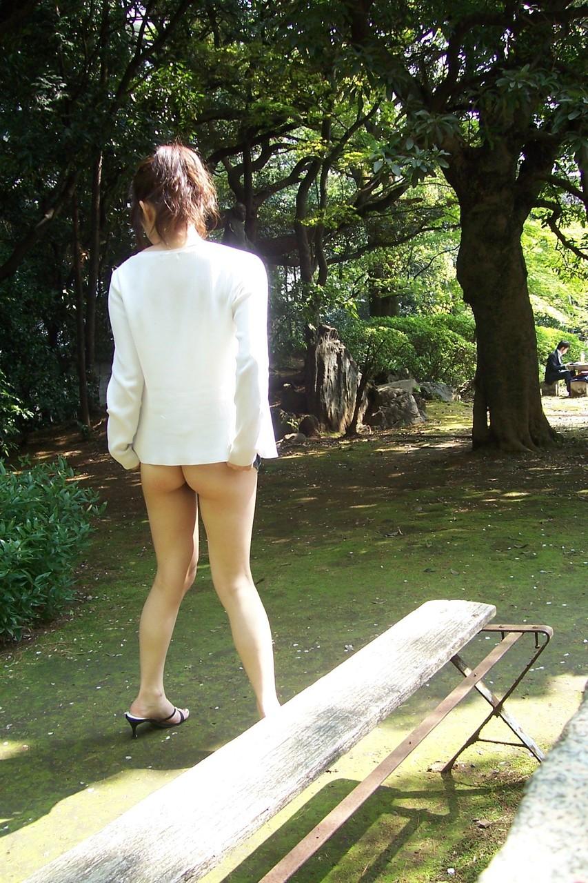 【露出エロ画像】旅行先でも抑えられなかった…露出好き過ぎる変態淑女たちwww 14
