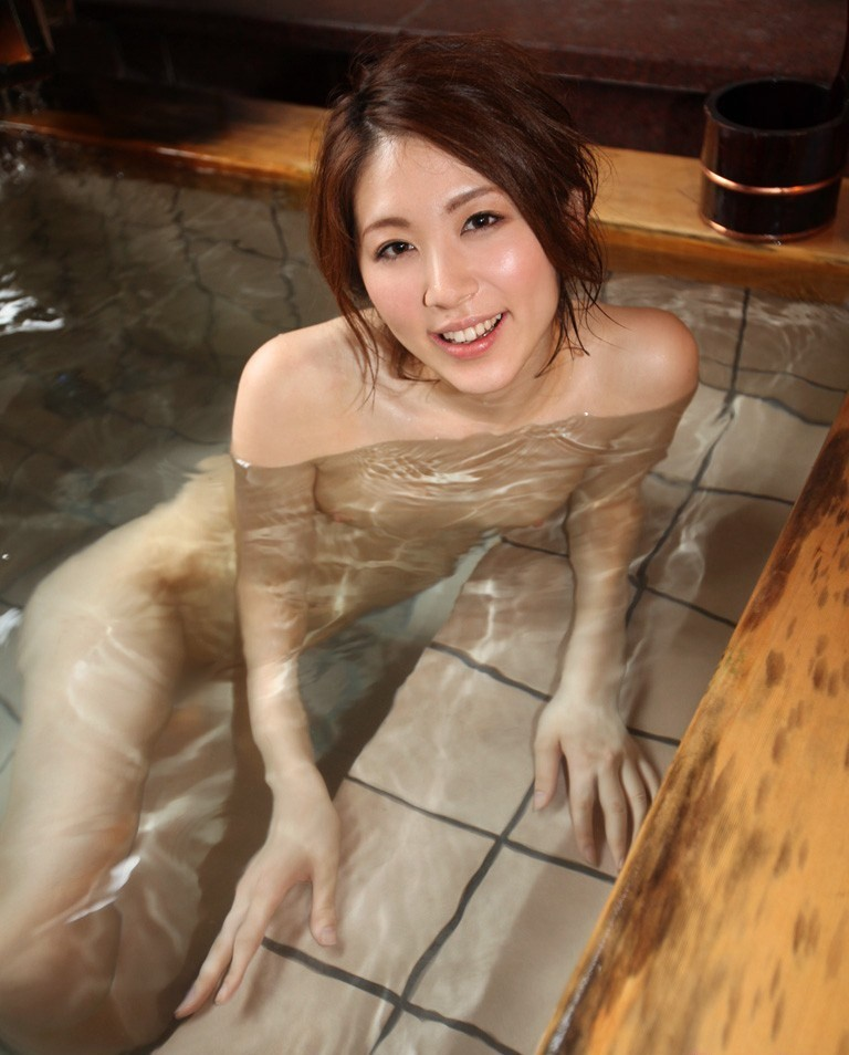 【入浴エロ画像】乳のみならず尻も浮かぶ!お風呂に浸かる裸のお姉さんたちwww 10