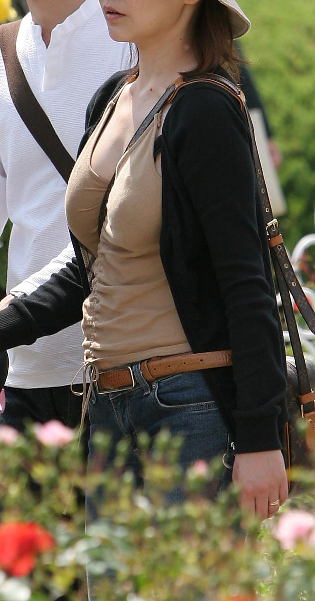 【パイスラエロ画像】少々厚着になっても安心w着胸クッキリなパイスラ姿www 14