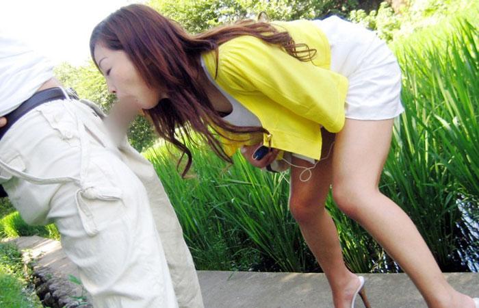 【口淫エロ画像】恥は男と道連れでw野外でジュポフェラかます痴女www 001