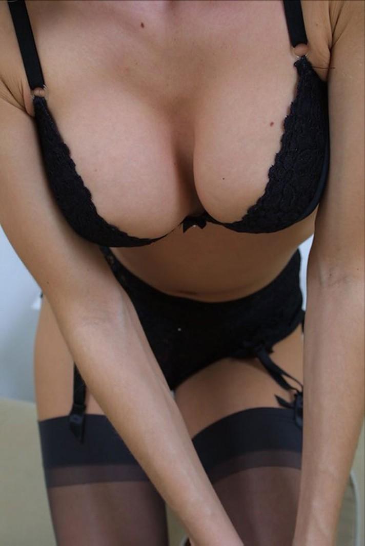 【下着エロ画像】ハミ乳が一番気になっちゃうwランジェリー美女たちwww 02