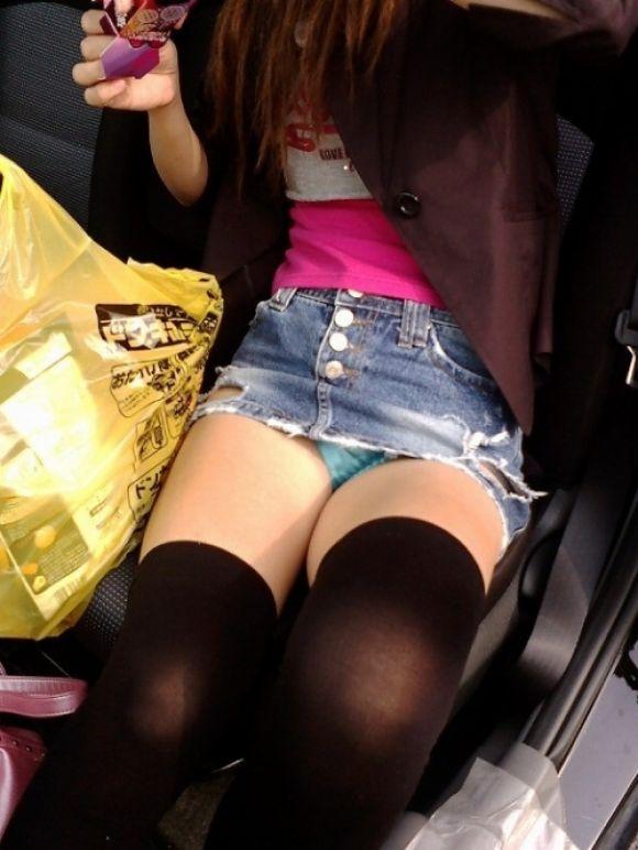 【パンチラエロ画像】女性の乗降時は油断できないw車もまたチラ見えの原因www 04