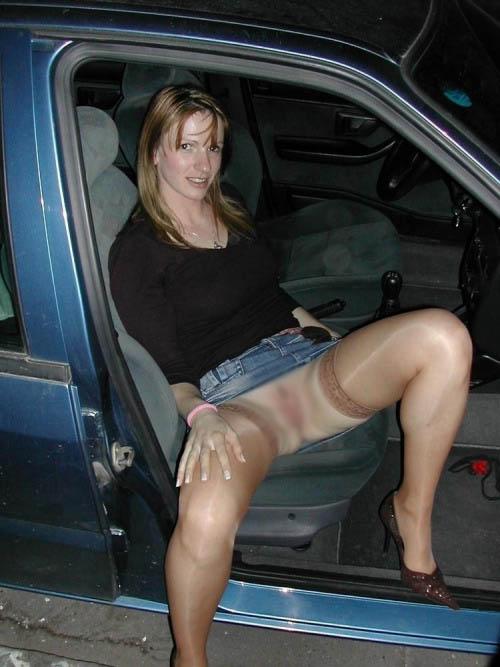 【パンチラエロ画像】女性の乗降時は油断できないw車もまたチラ見えの原因www 05