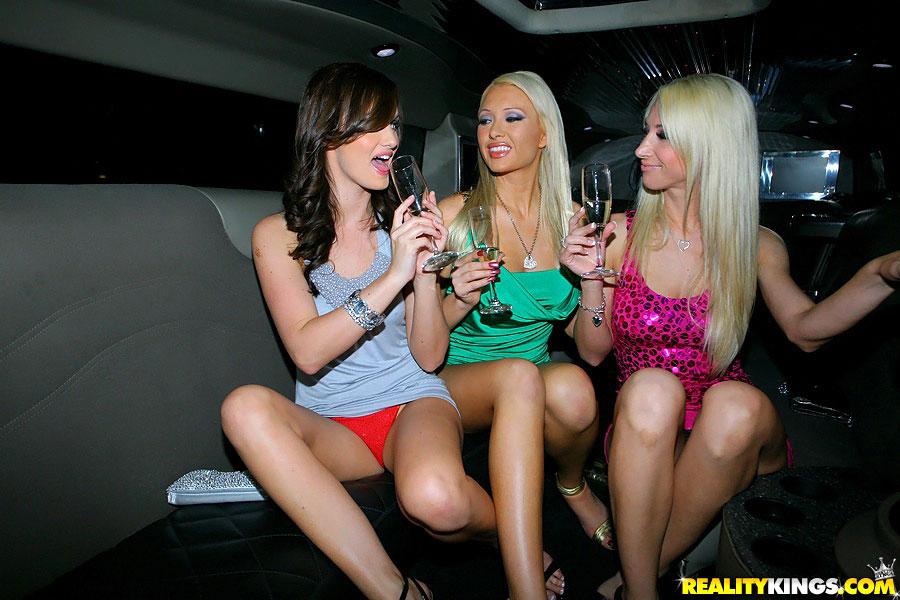 【パンチラエロ画像】女性の乗降時は油断できないw車もまたチラ見えの原因www 11