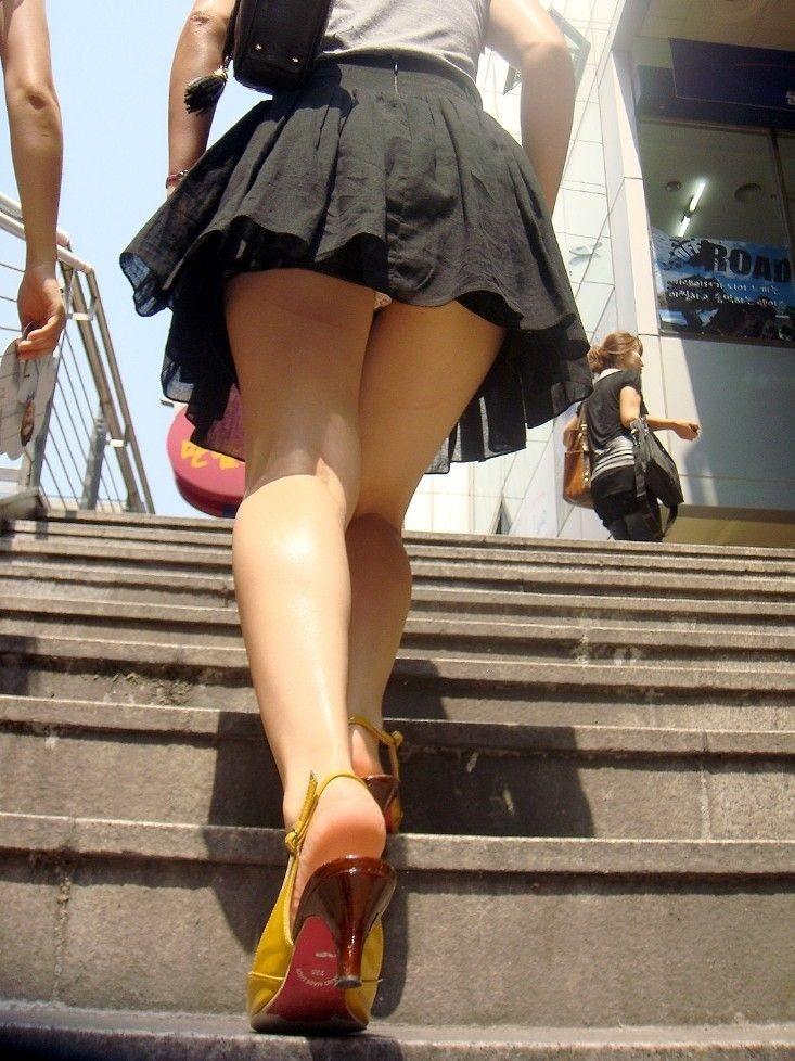【パンチラエロ画像】斜め下から視線が直撃!ミニスカ女子にはローアン安定www 12