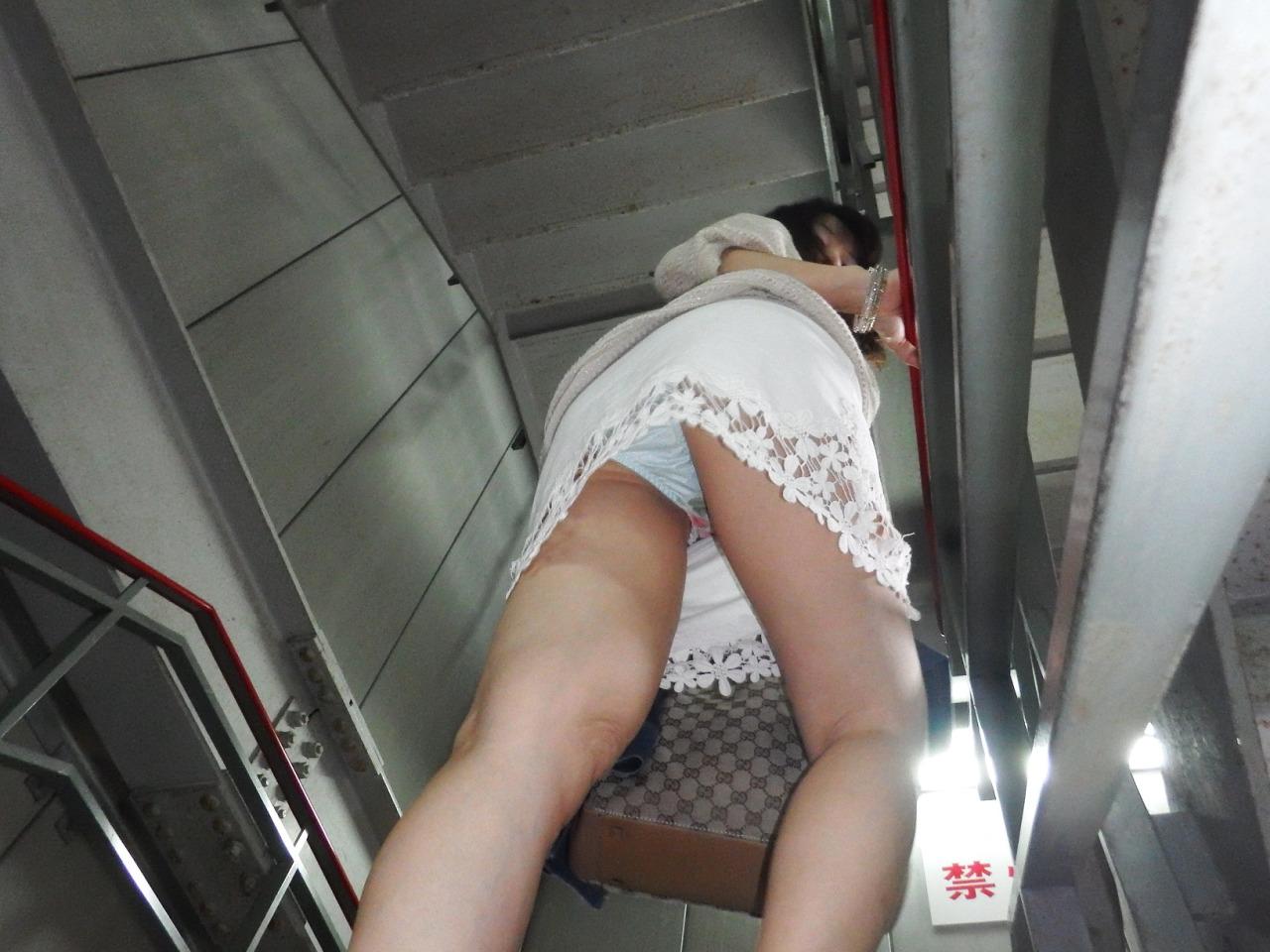 【パンチラエロ画像】斜め下から視線が直撃!ミニスカ女子にはローアン安定www 14