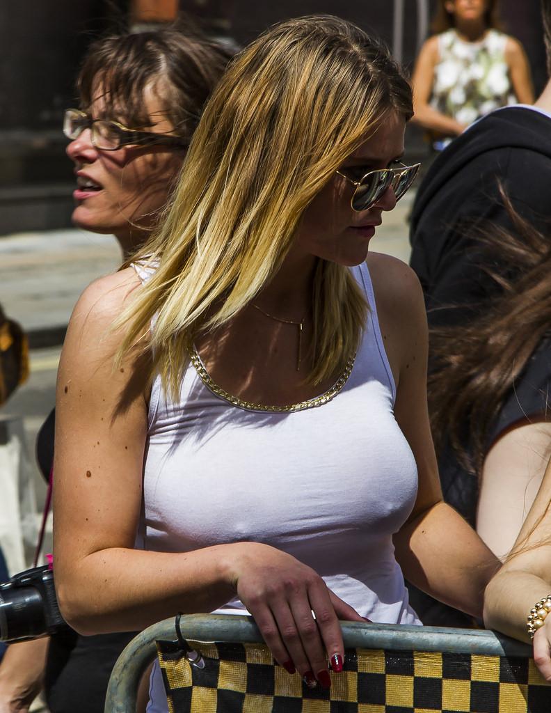 【ノーブラエロ画像】無名人も著名人も皆ポチリ!乳首の位置がわかるノーブラ女子www 06