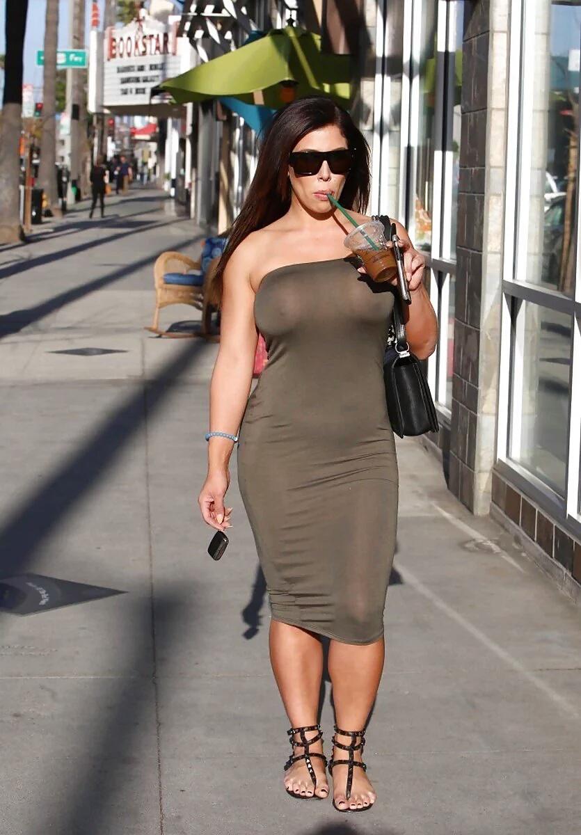 【ノーブラエロ画像】無名人も著名人も皆ポチリ!乳首の位置がわかるノーブラ女子www 07