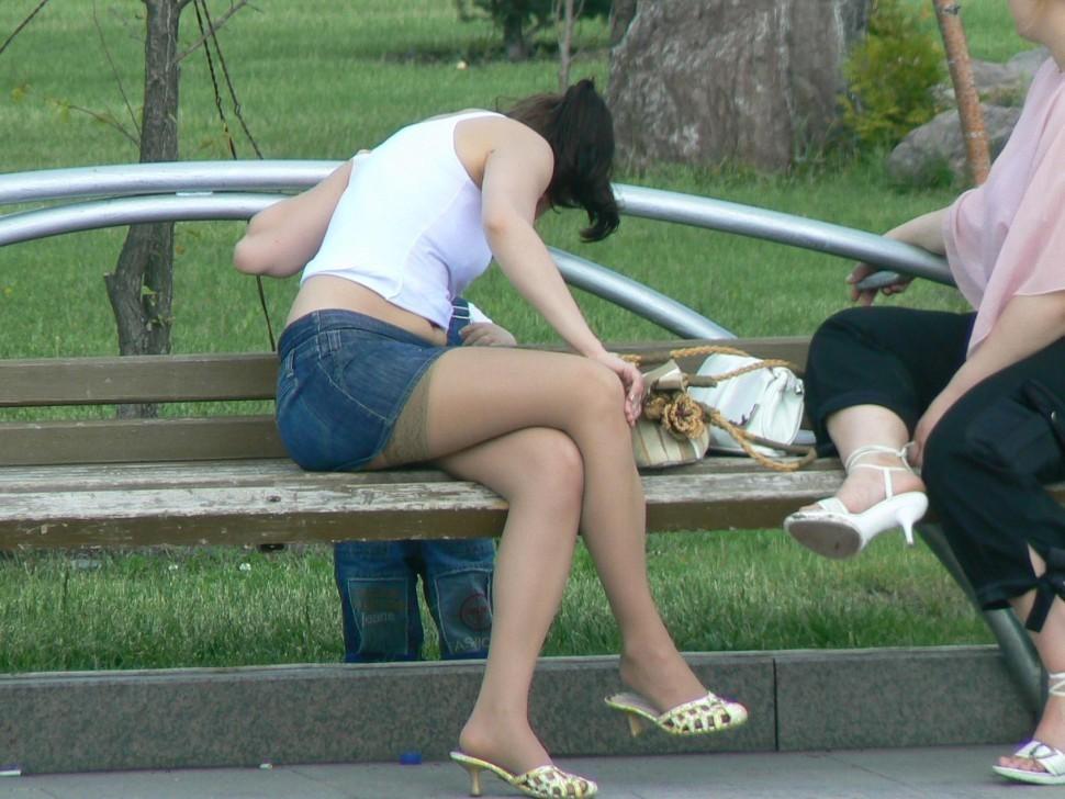 【美脚エロ画像】パンツを気にするのは後でいいw街のミニスカ美脚鑑賞www 02