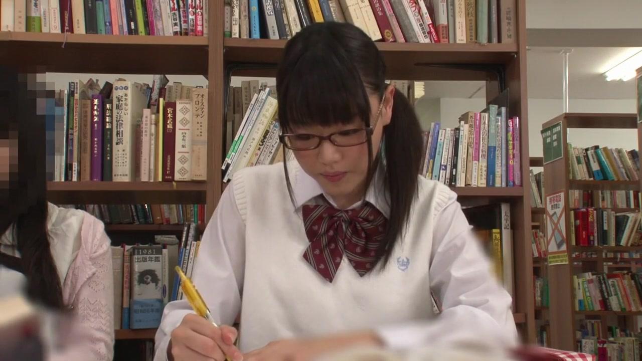 図書館で勉強する真面目制服美少女が...!