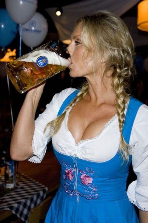 【着胸エロ画像】ドイツ美女のディアンドルの胸元から今にも零れ落ちそうな生乳www 07