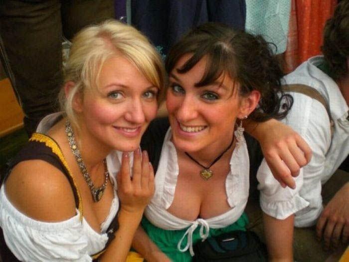 【着胸エロ画像】ドイツ美女のディアンドルの胸元から今にも零れ落ちそうな生乳www 08