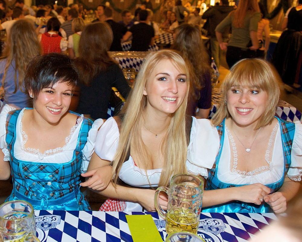【着胸エロ画像】ドイツ美女のディアンドルの胸元から今にも零れ落ちそうな生乳www 09