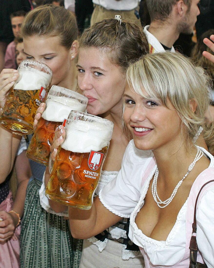 【着胸エロ画像】ドイツ美女のディアンドルの胸元から今にも零れ落ちそうな生乳www 10