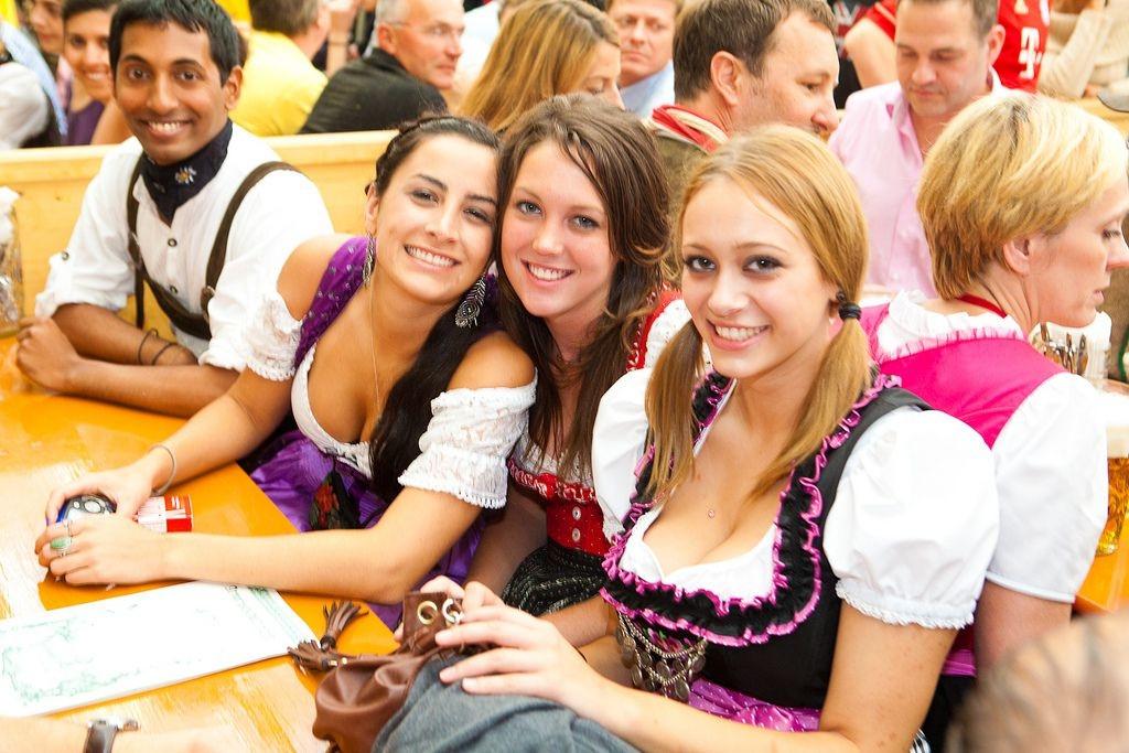 【着胸エロ画像】ドイツ美女のディアンドルの胸元から今にも零れ落ちそうな生乳www 12