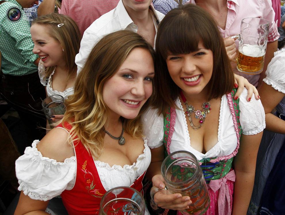 【着胸エロ画像】ドイツ美女のディアンドルの胸元から今にも零れ落ちそうな生乳www 14