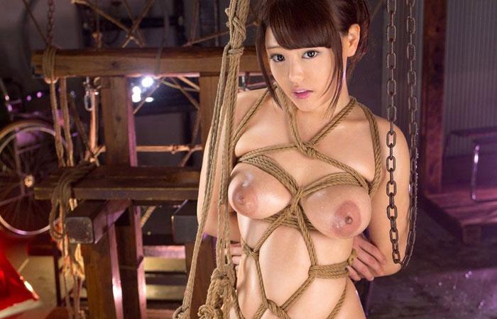 【緊縛エロ画像】縄効果でもっと大きく見えるw緊縛美女たちの際立つ巨乳www 001